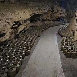 饶总用专业酿酒设备做洞藏酒,半年后洞天醇成为当地招牌旅游景点