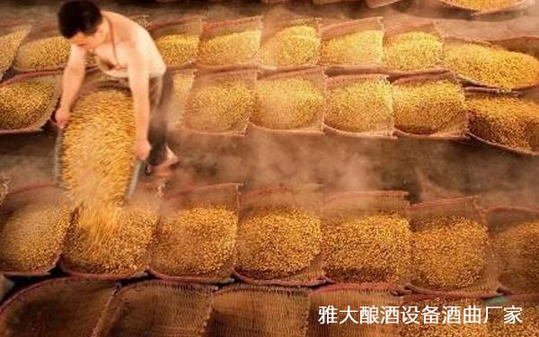传统酿酒师傅采用多个撮箕隆温