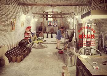 良周迹忆用雅大传统酿酒设备做高粱定制酒,体验式营销是亮点!