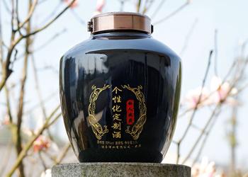 陈总用烤酒设备酿造企业定制酒送合作伙伴,加深品牌形象!