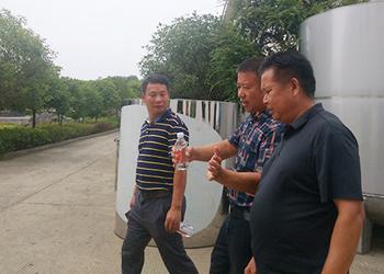 引进新式酿酒设备发展酿酒产业,为当地留守弱残村民提供就业岗位